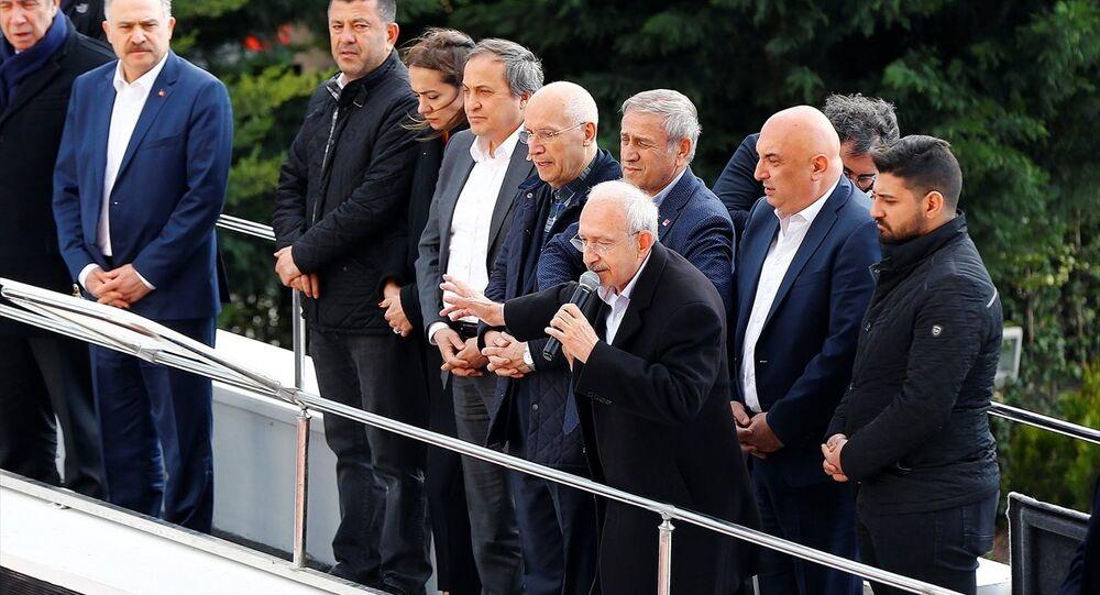CHP Genel Başkanı Kemal Kılıçdaroğlu, Çubuk'taki şehit cenazesinde uğradığı saldırının ardından partisinin genel merkezine geldi. Kılıçdaroğlu, genel merkez önünde otobüs üzerinden partililere seslendi.