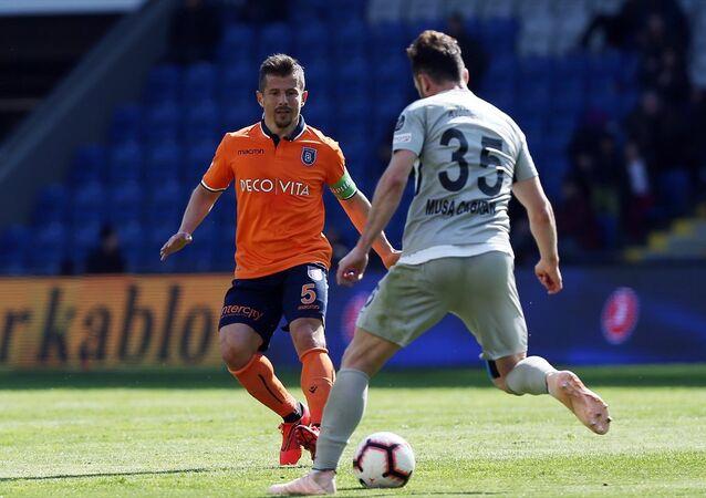 Medipol Başakşehir'den Emre Belözoğlu, Çaykur Rizespor maçında yine hakemle girdiği tartışmalarla gündem oldu.