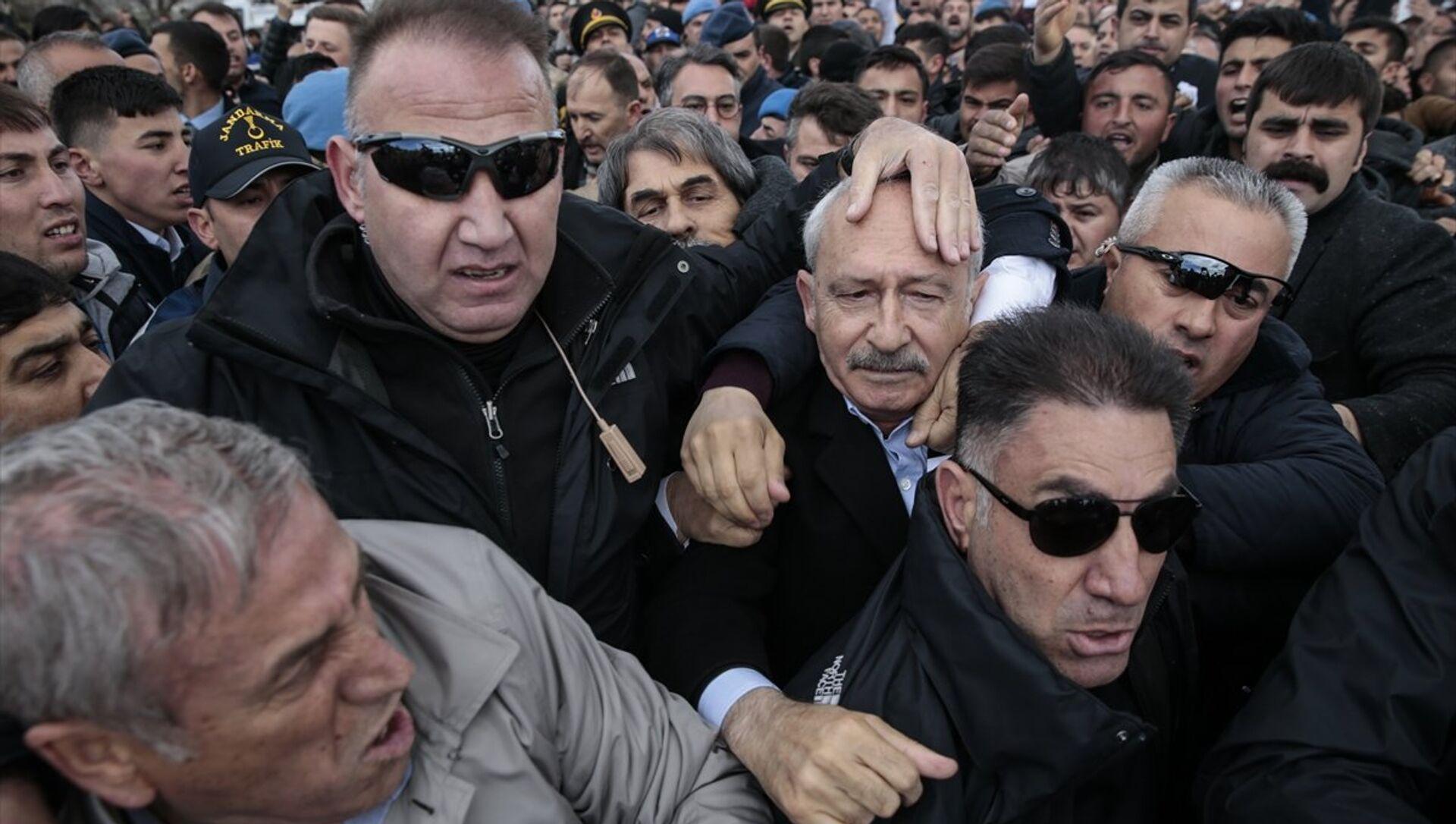 CHP Genel Başkanı Kılıçdaroğlu, Ankara'nın Çubuk ilçesinde şehit sözleşmeli piyade er Yener Kırıkcı'nın cenaze namazında bir grubun linç girişimine uğradı. - Sputnik Türkiye, 1920, 28.02.2021