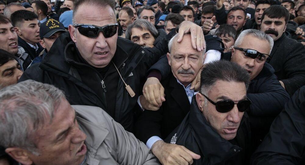 CHP Genel Başkanı Kılıçdaroğlu, Ankara'nın Çubuk ilçesinde şehit sözleşmeli piyade er Yener Kırıkcı'nın cenaze namazında bir grubun linç girişimine uğradı.