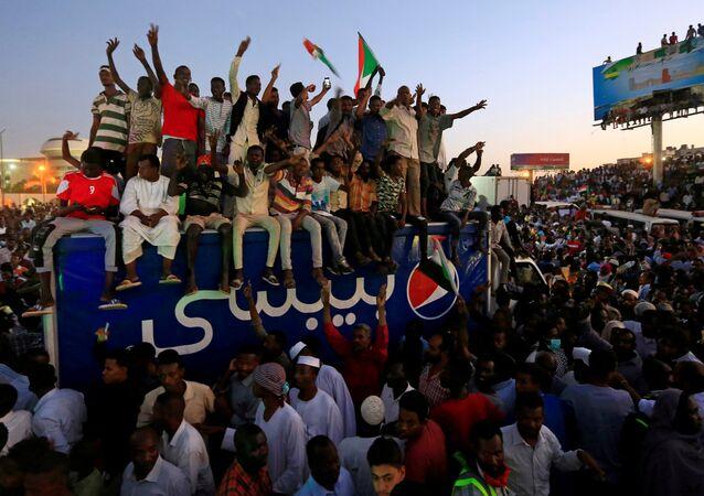 Sudan'ın başkenti Hartum'da savunma bakanlığı önünde binlerce protestocunun biraraya geldiği toplantının ardından Beşir rejiminin kalıntılarından oluşmakla suçladıkları Askeri Geçiş Konseyi ile temasları askıya aldıkları ve sivil bir geçiş konseyinin yönetime gelmesini istedikleri açıklandı.