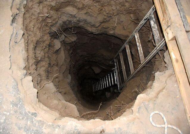 Kayseri'de 2 şüpheli, kiraladıkları evin odasından yandaki medresenin eyvan kısmında gömülü olduğunu düşündükleri üç lahite ulaşmak için kazı yaparken suçüstü yakalandı.