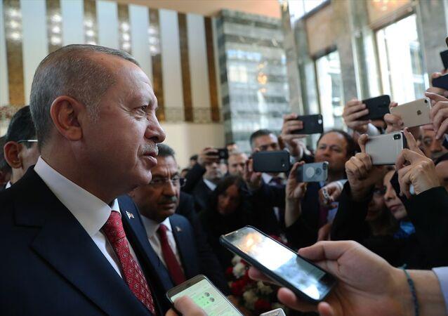 Cumhurbaşkanı Recep Tayyip Erdoğan, TBMM'nin açılışının 99. yıl dönümü ile 23 Nisan Ulusal Egemenlik ve Çocuk Bayramı dolayısıyla özel gündemle toplanacak Genel Kurul'daki görüşmeleri izlemek üzere Meclis'e geldi. Erdoğan, Meclis'te gazetecilerin gündeme ilişkin sorularını yanıtladı.