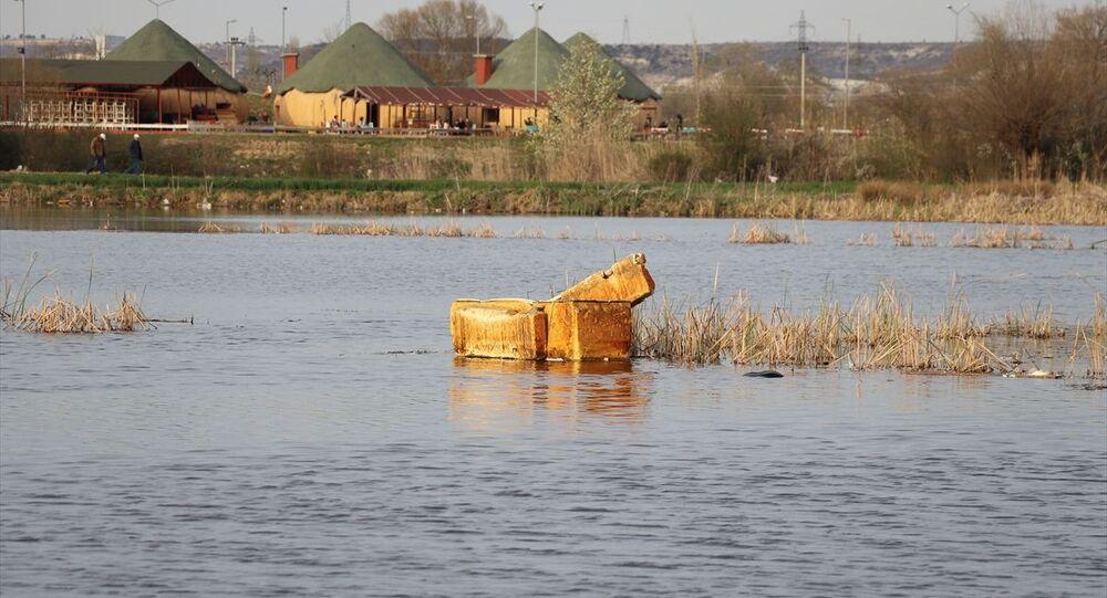 Kütahya'da eski buzdolabından yapılan salın içine binip gölete giren iki kişi, suya düşerek hayatını kaybetti.