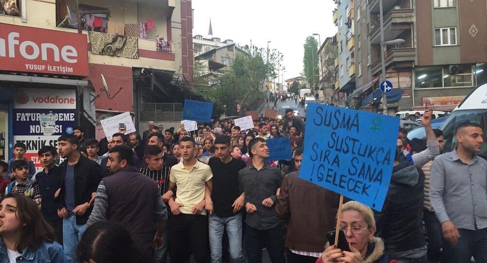 Küçükçekmece'de vatandaşlar, 5 yaşındaki kız çocuğunun cinsel istismara uğramasını yürüyüş yaparak protesto etti.