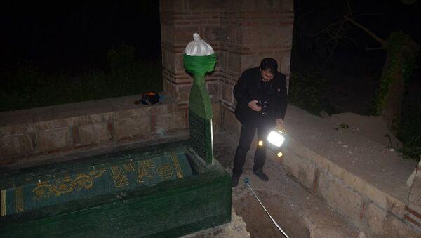 Türbe bahçesinde define aradılar: Polis inceleme başlattı - Sputnik Türkiye
