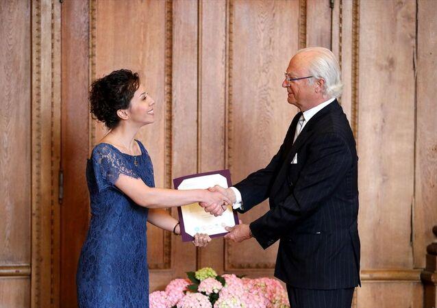 İsveç Kraliyet Bilimler Akademisi tarafından Türk bilim insanı Dr. Hatice Zora'ya (solda), Beyinde dil ve duygu gelişimi konusundaki çalışmaları nedeniyle Kraliyet Hanedanı ödülü verildi. Kraliyet Sarayı'ndaki ödül töreninde, Hatice Zora ödülünü İsveç Kralı Carl 16. Gustaf'dan (sağda) aldı.