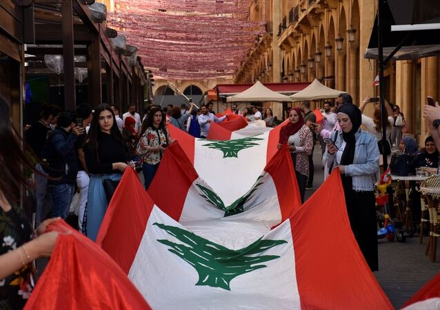 Lübnan'ın başkenti Beyrut'ta faaliyet gösteren Beirut Alive Derneği, 26 bin 856 bayrak asarak Guinness Dünya Rekorları Kitabı'na girmeye hak kazandı. Beyrut'un şehir merkezindeki Yıldız Meydanı'na açılan ara sokaklarda çok sayıda gönüllünün desteğiyle dün saat 09.00'da başlatılan bayrak asma çalışmaları, bugün saat 01.30 itibarıyla 26 bin 856 sayısına ulaştı.