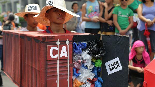 Kanada'nın Manila limanına bıraktığı çöpler Filipinler'de yıllardır protesto ediliyor. - Sputnik Türkiye