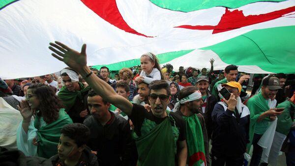 Cezayir'de Cumhurbaşkanı AbdülazizButeflika'nın istifasına rağmen protestolar devam ediyor. - Sputnik Türkiye