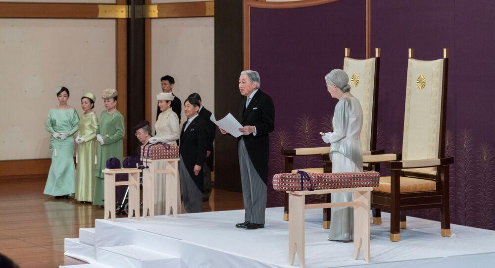 Akihito, solunda veliaht oğlu Naruhito,  sağında eşi İmparator Michiko, tahtı bırakma konuşmasını yaparken