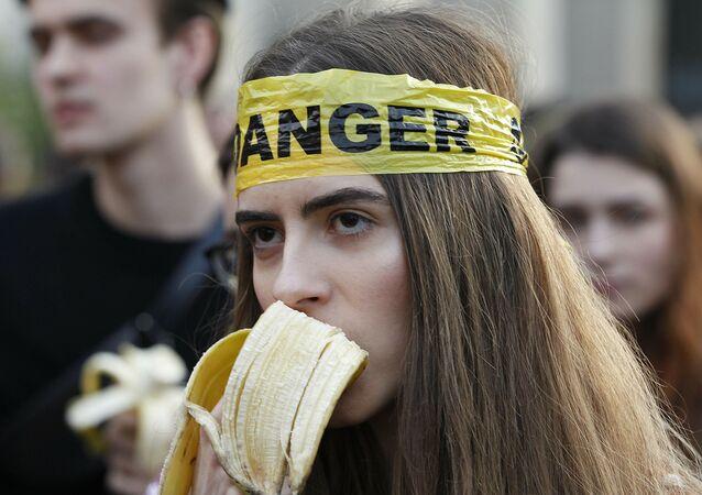 Polonya - 'sanatı sansürünü' muz yiyerek protesto edildi