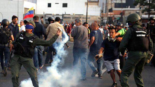 Venezüella'da Juan Guaido'nun darbe girişimine katılan gruba biber gazıyla müdahale edildi. - Sputnik Türkiye