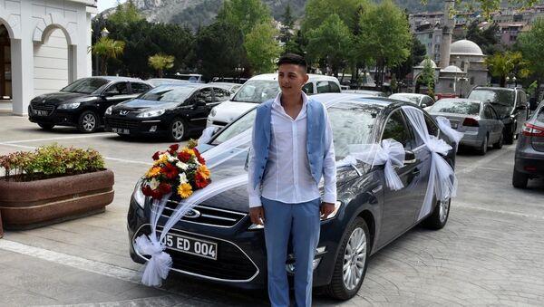 Amasya Belediye Başkanı Mehmet Sarı, makam aracını gelin arabası yaptı - Sputnik Türkiye