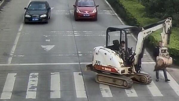 Çin'de bir baba, 6 yaşındaki oğluna trafikte iş makinesi kullandırdı. - Sputnik Türkiye