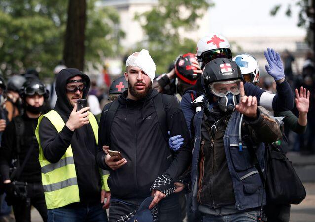 Yaralanan protestoculara ilk tıbbi müdahaleyi sokaklarda devriye gezen gönüllü sağlık ekipleri yaptı.
