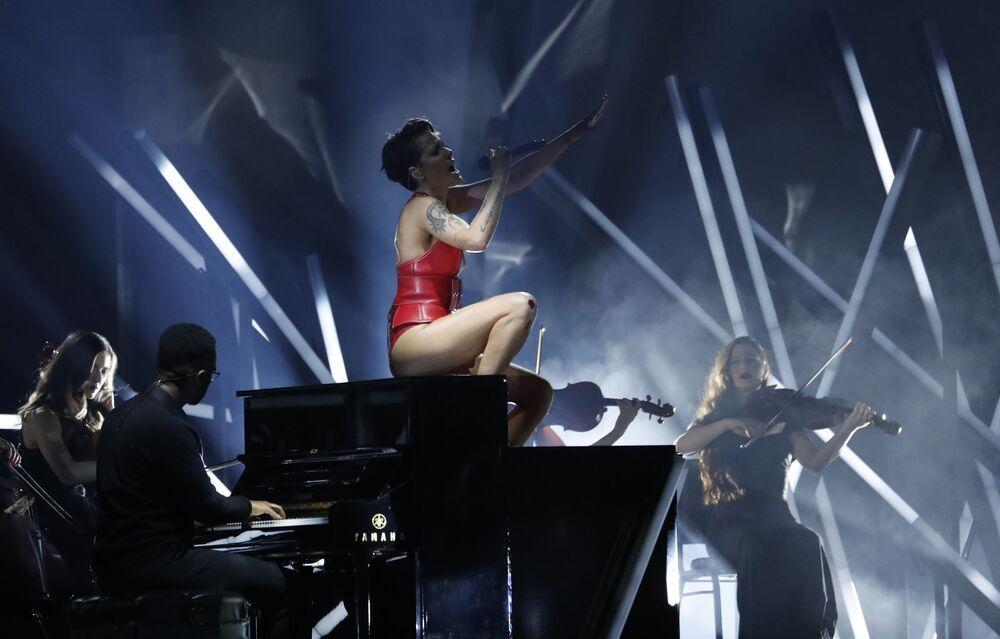 Halsey, 'Without Me' adlı şarkısı seslendirirken