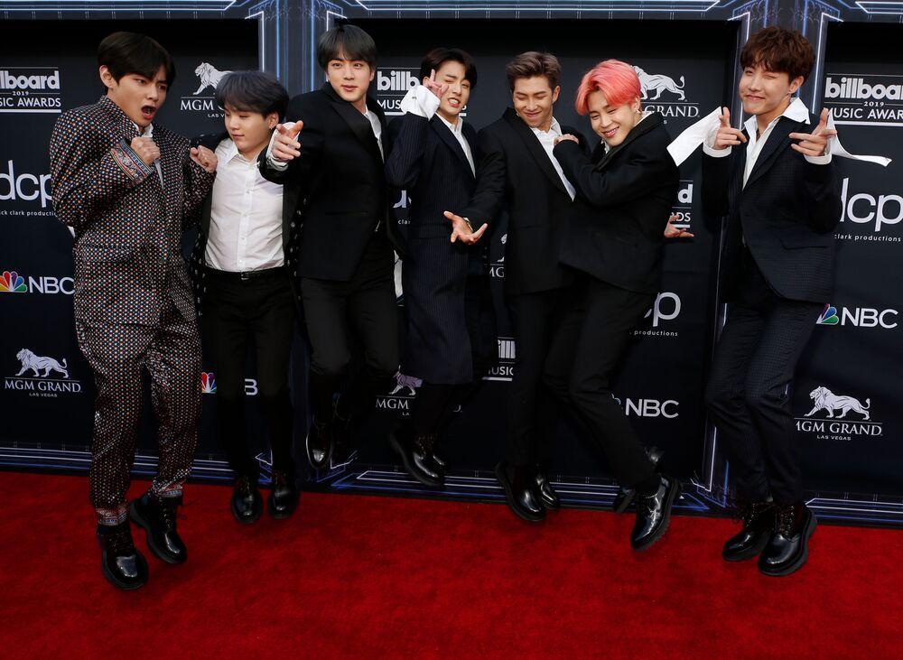 BTS, dinleyicilerin Billboard internet sitesi ve Twitter üzerinden verdikleri oylarla belirlenen 'Top Social Artist' ödülünü 3. kez üst üste aldı. Bu yıl önceki yıllardan farklı olarak EXO ve GOT7 olmak üzere iki Güney Koreli grup daha bu kategoride aday gösterilmişti.