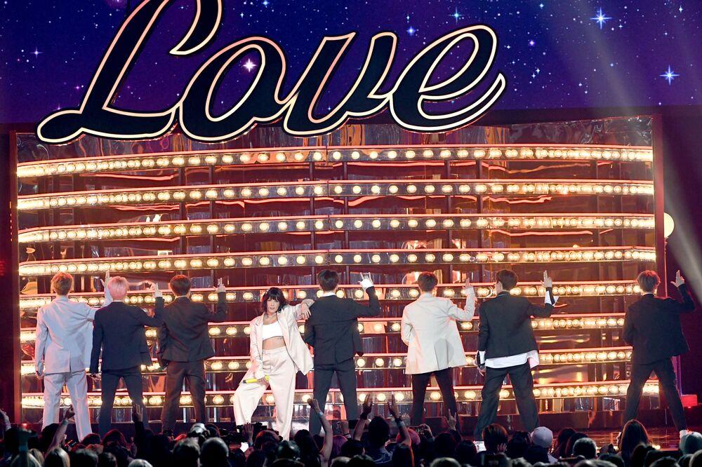BTS dinlenme rekorları kıran son şarkısı 'Boy With Luv'ı da şarkıda kendilerine eşlik eden Halsey ile birlikte seslendirdi.