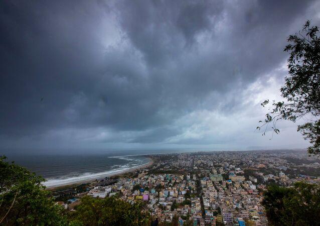 Hindistan'ın doğusuna yönelen Fani Kasırgası'nın öncü bulutları Visakhapatnam limanını sararken