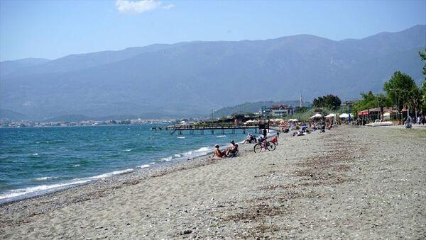 Kuzey Ege'nin turizm merkezlerinden Edremit Körfezi'nde deniz sezonunu açanlar denize girdi. - Sputnik Türkiye