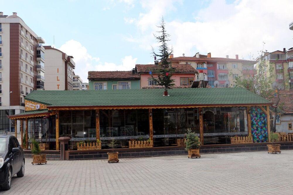 Evleri yıktıran Turgut, daha sonra betondan inşa edeceği kafeyi çam ağacı için ahşaptan yapmaya karar verdi.
