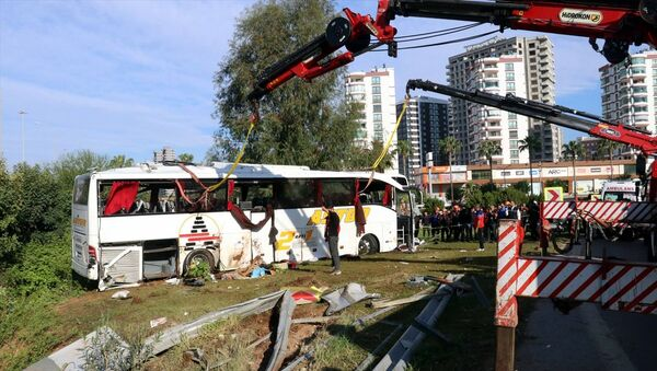 Adana'da yolcu otobüsünün şarampole devrilmesi sonucu iki kişi öldü, 29 kişi yaralandı.  - Sputnik Türkiye