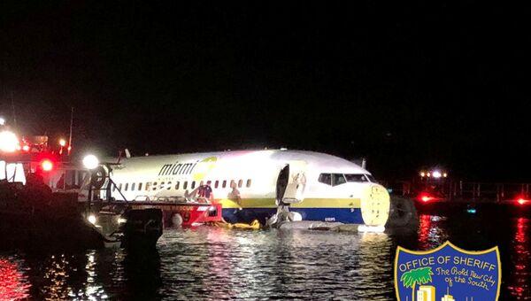 ABD'nin Florida eyaletine iniş yapan Boeing 737 tipi bir uçak, pistten çıkarak nehre sürüklendi.  - Sputnik Türkiye