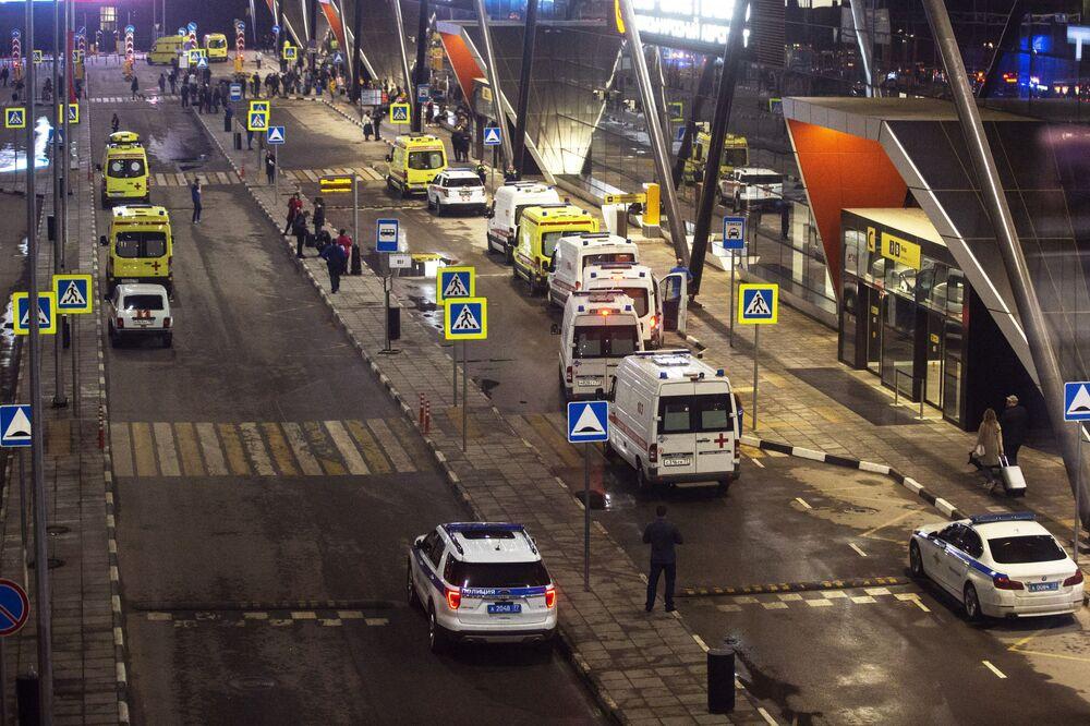 Olayın görgü tanıklarından bir kadın da 360 televizyonuna yaptığı açıklamada, beklediği F terminalinde panik yaşanmadığını, itfaiye ve ambulans ekiplerinin olay yerine gelip yangını söndürmeye başlandığını ifade etti.