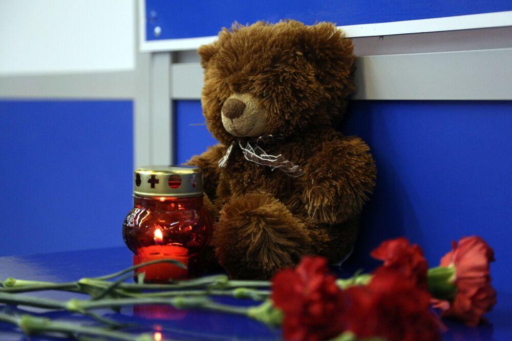 Uçak yangınında hayatını kaybedenlerin anısına Şeremetyevo Havalimanı'na bırakılan çiçek, mumlar ve oyuncaklar.
