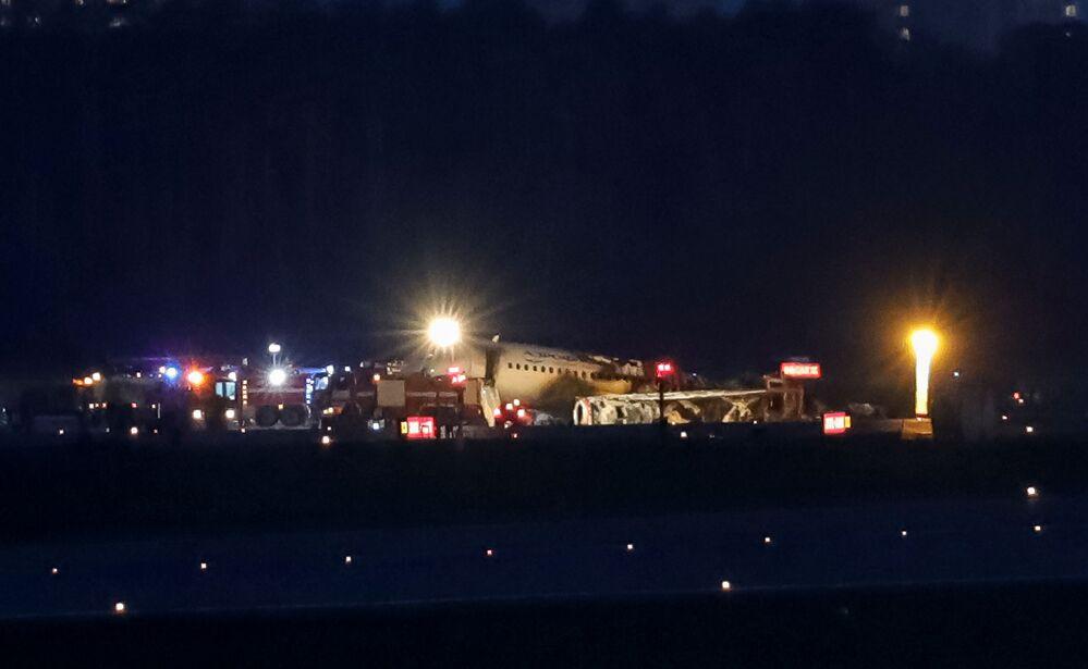 Rus havacılık ajansı Rosaviatsiya'dan Sputnik'e konuşan bir kaynak, Moskova-Murmansk seferini yapan Aeroflot'a ait Superjet-100 modeli yolcu uçağının, havada yaşanan bir sorun nedeniyle Şeremetyevo Havalimanı'na acil iniş yaptığını, iniş sırasında uçağın alev alarak yanmaya başladığını belirtti.