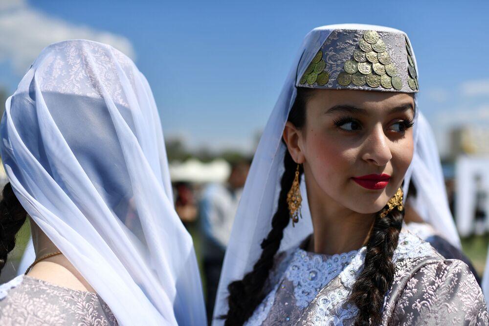 Kırım'ın Behçesaray kentinde düzenlenen Hıdırellez kutlamaları sırasında Tatar dans gösterisi yapan topluluğun bir üyesi.