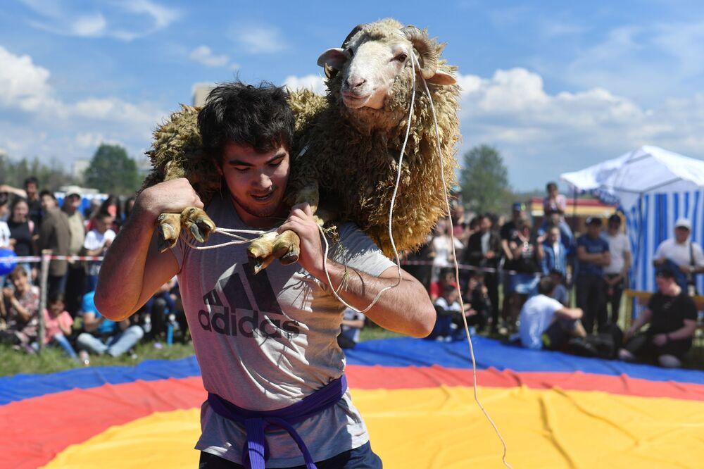 Hıdırellez kutlamaları kapsamında bir koyun ile ödüllendirilen güreş yarışmasının kazananı.