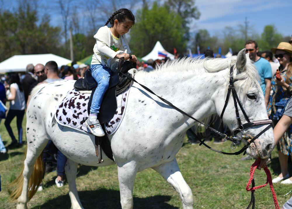 Kırım'da  geleneksel olarak kutlanan Hıdırellez kutlamaları çerçevesinde at yarışı düzenlendi.