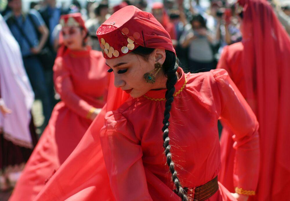 Kırım'daki Hıdırellez şenliklerine katılan halk dans topluluğunun milli kıyafetli üyeleri.