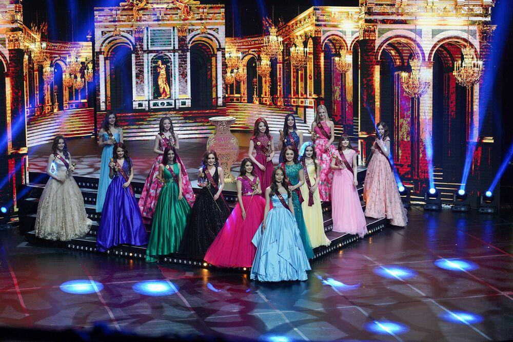 Kazakistan Güzeli 2019 yarışmasının finaline kalan yarışmacılar.