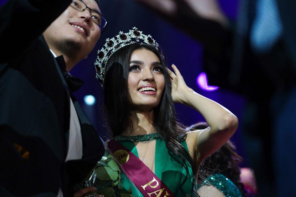 Kazakistan Güzeli 2019 Yarışması'nı kazanan 19 yaşındaki Madina Batık, ödül töreni sırasında.