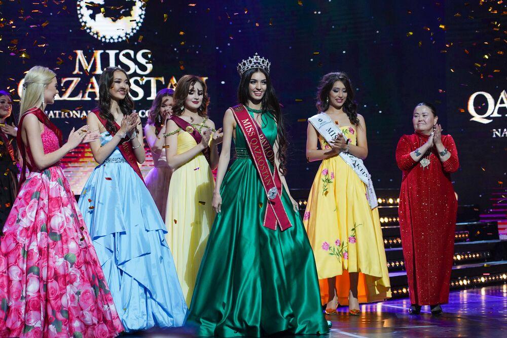Kazakistan Güzeli 2019 unvanına layık görülen Madina Batık (ortada),  değerli taşlarla süslü tacın yanısıra Paris'e turistik gezi, yaklaşık 7.8 bin dolarlık para ödülü ve reklam ajanslarıyla sözleşmelerle ödüllendirildi.