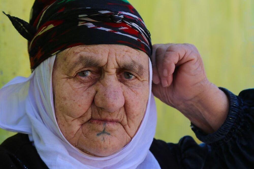 Mezopotamya'da yaşayan tüm halklar Deq veya dövmeye farklı anlamlar yüklüyor. Kimisi güç ve aidiyet duygusu, kimisi de güzellik, sağlık veya isyan duygusu ile yapıyor.