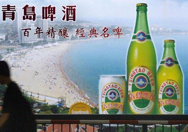 Çin'in Qingdao (Tsingtao) kentind plaj manzarasıyla reklamı yapılan Tsingtao birasının reklamı