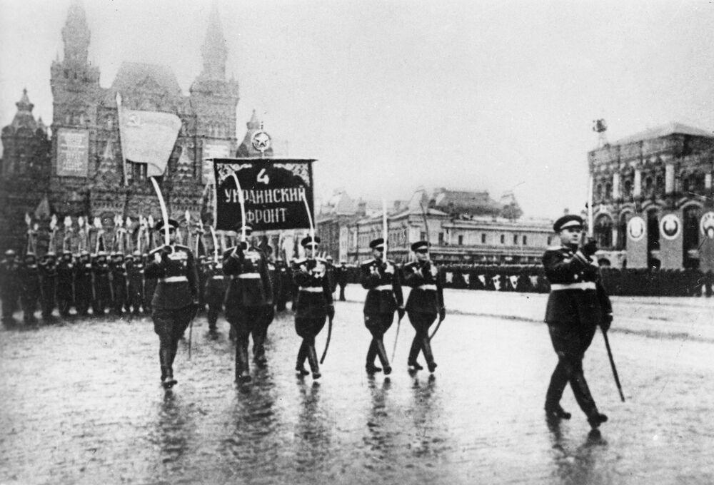 24 Haziran 1945 tarihinde Kızıl Meydan'da  düzenlenen askeri geçit töreninden bir kare.