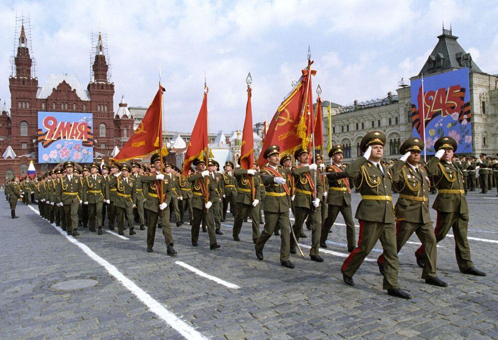 Başkentteki Kızıl Meydan'da Zafer Günü'nün 52. yıldönümü nedeniyle düzenlenen askeri geçit töreninden bir kare, 1997 yılı.