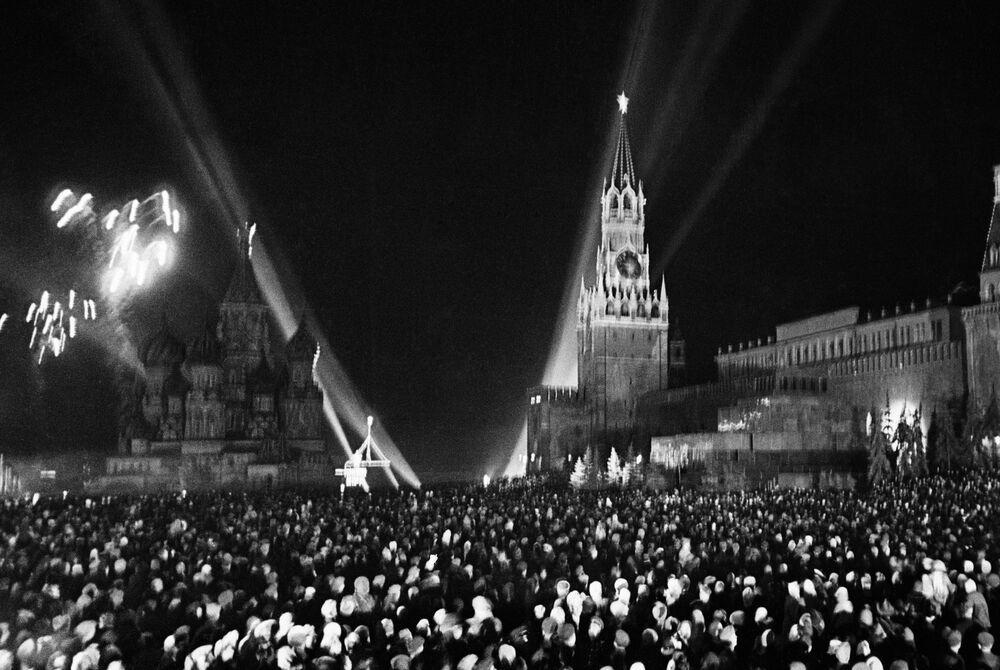 9 Mayıs 1945 tarihinde  SSCB askerlerinin Nazi Almanyası'na karşı kazandığı zafer dolayısıyla Moskova'daki Kızıl Meydan'da düzenlenen havai fişek gösterisi.