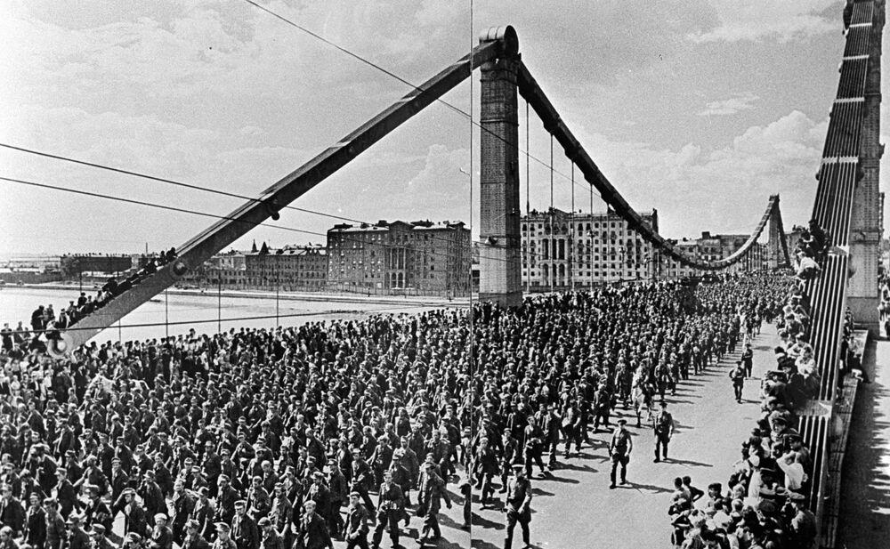 Kırım Köprüsünden geçen esir Nazi asker konvoyu, 1944