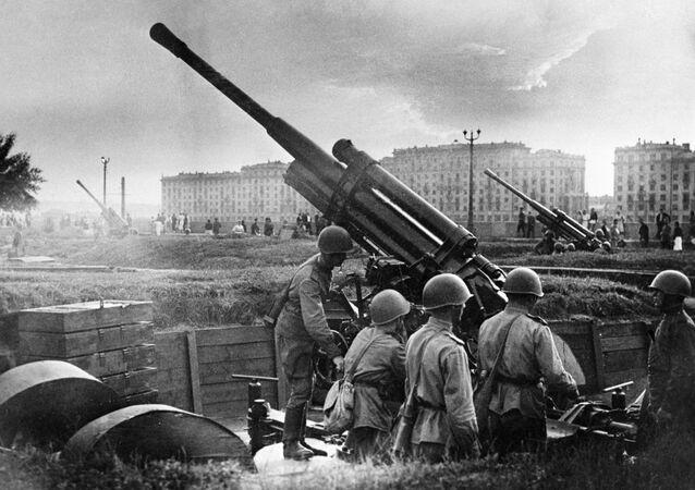 Moskova'daki Gorkiy Kültür ve Dinlenme Parkı çevresinde hava savunma görevini yerine getiren  Kızıl Ordu askerleri, 1941.