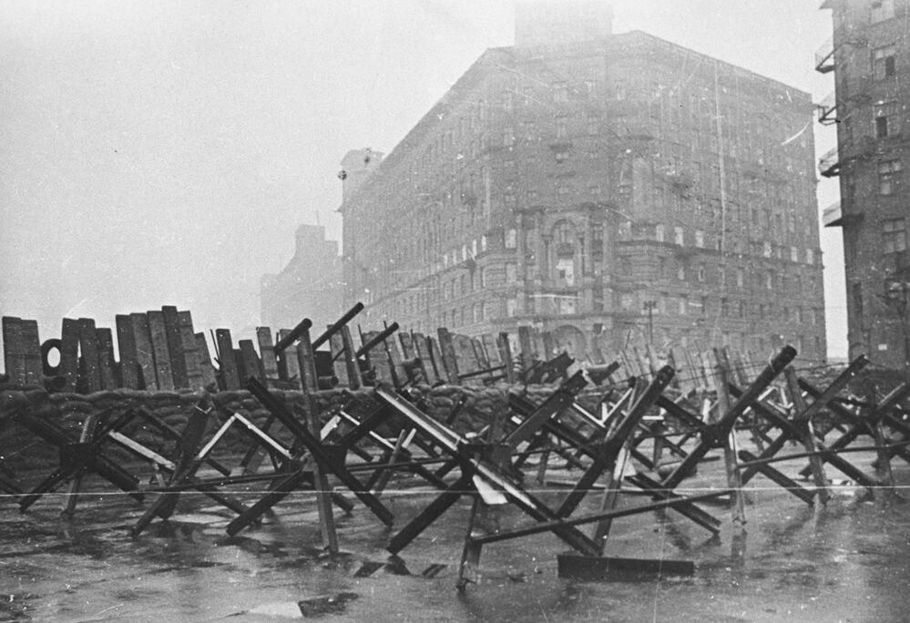 Büyük Vatanseverlik Savaşı sırasında Moskova sokaklarına kurulan barikatlar, 1941 yılı