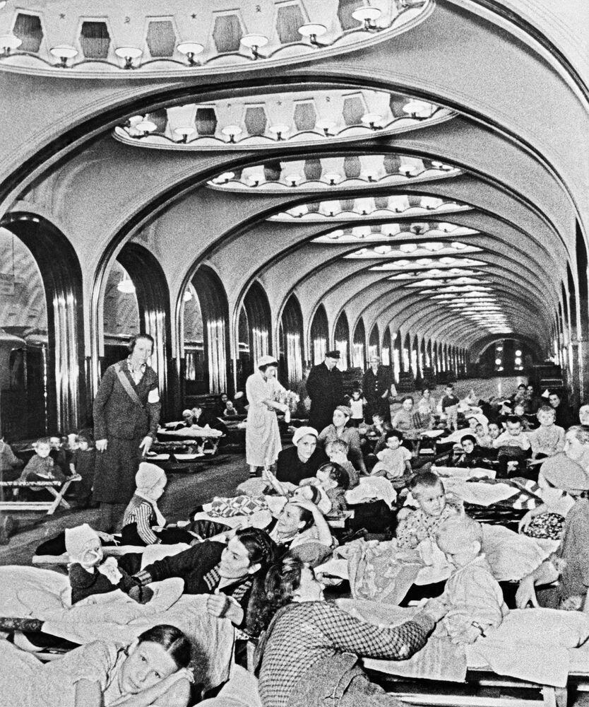 Savaş yıllarında sığınak olarak kullanılan Moskova metrosunun Mayakovskaya istasyonundan bir kare, 1941 yılı.