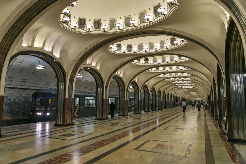 Moskova metrosunun Mayakovskaya istasyonunun günümüz görünümü.
