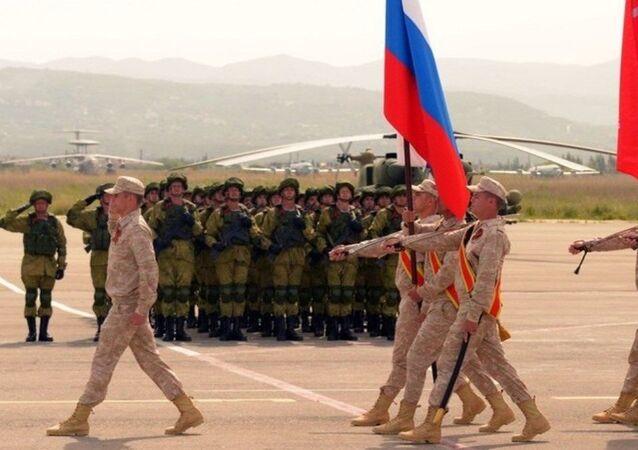 Rusya'nın Suriye'deki Hmeymim üssünde Zafer Günü geçidi