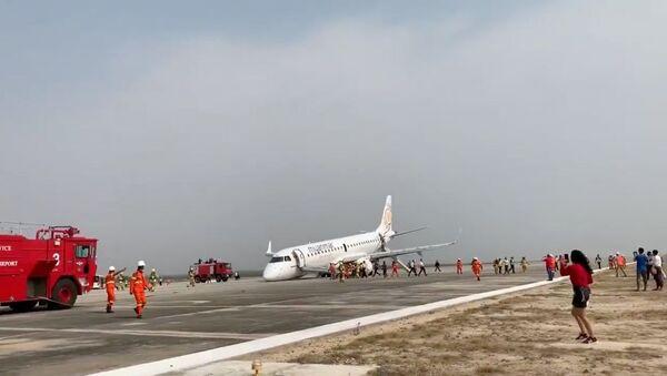 Myanmar'da yolcu uçağı arka tekerlekleri üzerinde acil iniş yaptı - Sputnik Türkiye